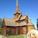 氷河の中に古い教会